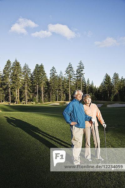 Älteres Golfspielerpaar auf dem Golfplatz.