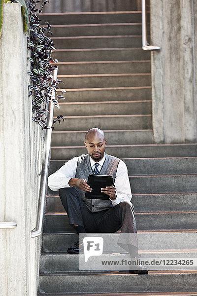 Schwarzer Mann Geschäftsmann in einem Geschäftszentrum.