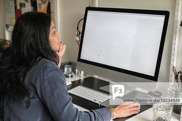 Seitenansicht der Geschäftsfrau am Computer im Home-Office