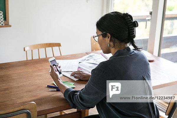 High-Winkel-Ansicht der Geschäftsfrau Videogesprächspartnerin auf dem Handy im Home-Office