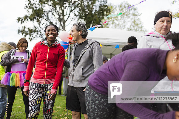 Lachende Läufer beim Benefizlauf im Park