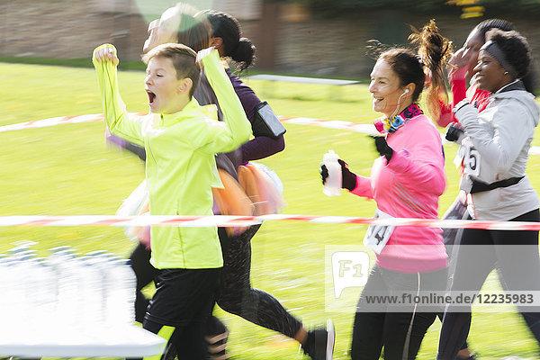 Begeisterte Charity-Läuferinnen und -Läufer