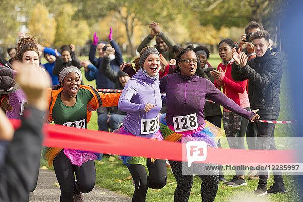 Begeisterte Läuferinnen im Tutus vor dem Ziel beim Benefizlauf