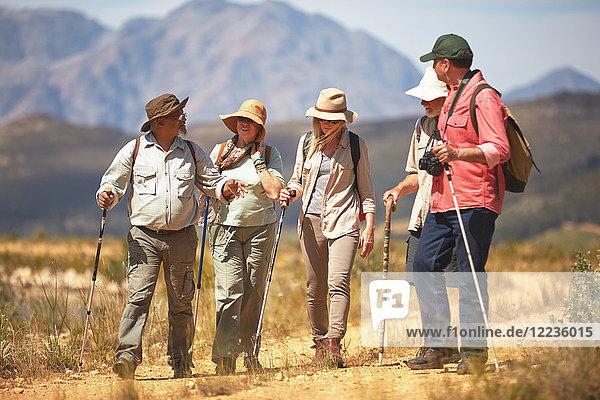 Aktive Seniorenfreunde beim Wandern mit Wanderstöcken