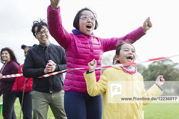 Begeisterte Familienzuschauer jubeln beim Benefizlauf