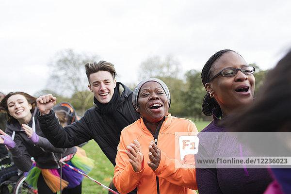 Begeisterte Zuschauer jubeln beim Benefizlauf im Park