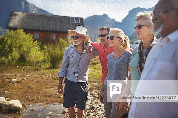 Fröhliche  aktive Senioren außerhalb der Sommerhütte