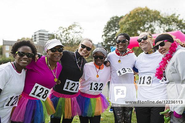 Porträt lächelnde Läufer im Tutus beim Benefizlauf im Park