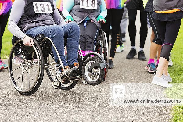 Frau im Rollstuhl beim Charity-Rennen