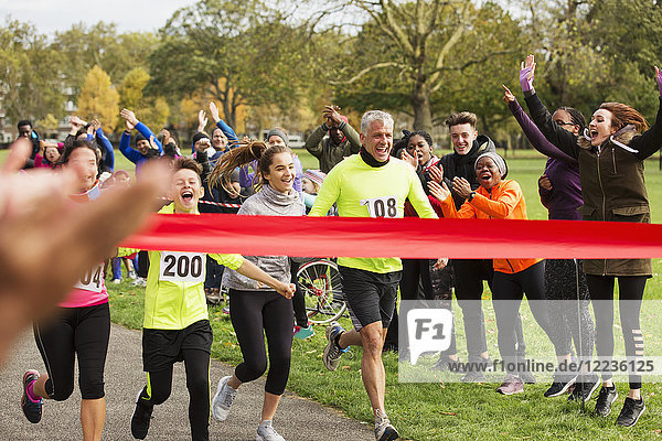 Enthusiastischer Familienlauf  kurz vor dem Zieleinlauf im Park