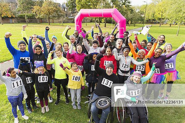 Porträt der Läuferinnen und Läufer beim Benefizlauf im Park
