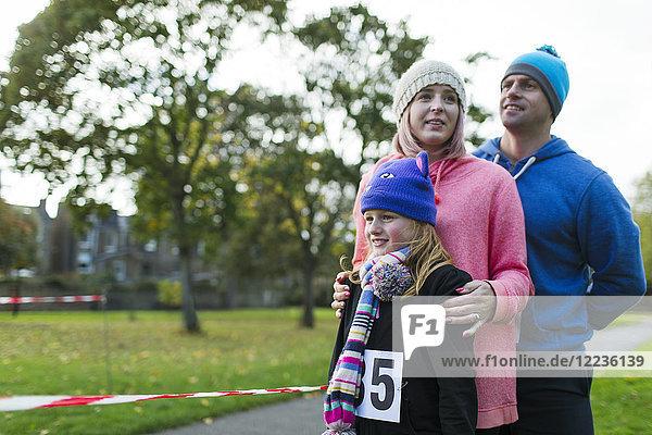 Familienläufer beim Benefizlauf im Park