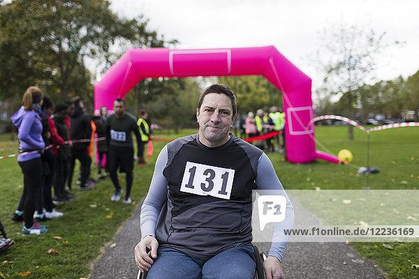 Porträt eines selbstbewussten Mannes im Rollstuhl beim Charity-Rennen
