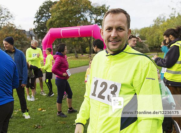 Porträt selbstbewusster Läufer beim Charity-Lauf im Park