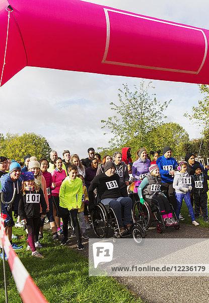 Menschenmenge bereit beim Charity Run Start im Park