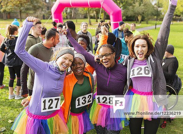 Porträt begeisterte Läuferinnen im Tutus beim Charity-Lauf im Park