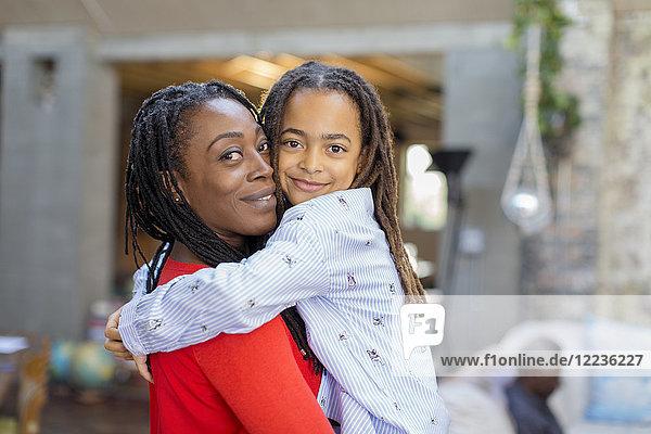 Portrait lächelnde Mutter und Tochter umarmend