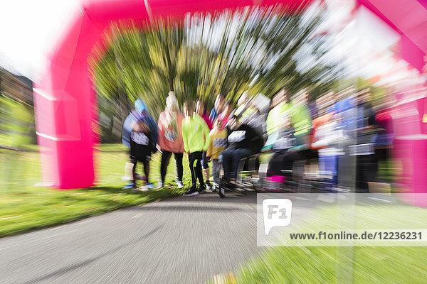 Defokussierte Sicht auf die Läufer beim Charity-Laufstart