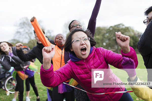 Begeisterte Zuschauerin beim Benefizlauf im Park