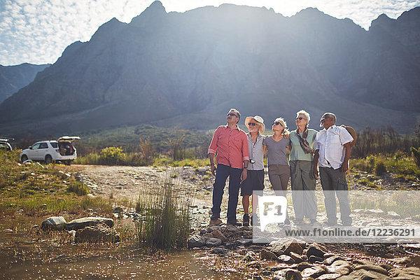 Neugierige aktive Seniorenfreunde beim Wandern  Blick auf die zerklüftete Landschaft