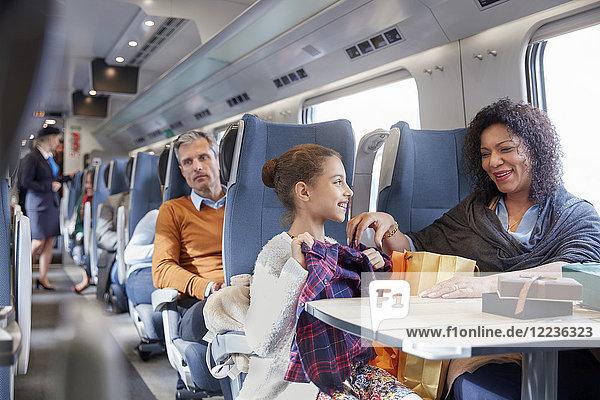 Mutter und Tochter bei der Suche nach neuen Kleidern im Personenzug