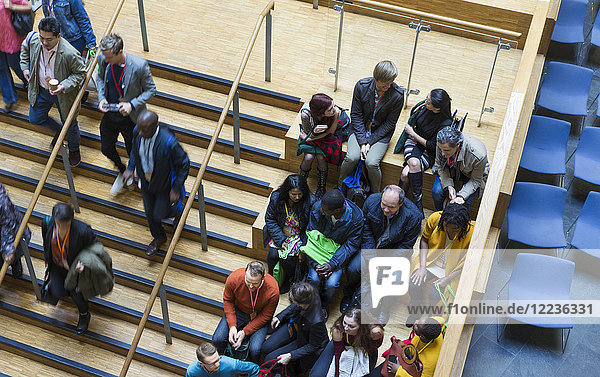 Overhead-Ansicht des Konferenzpublikums Overhead-Ansicht des Konferenzpublikums