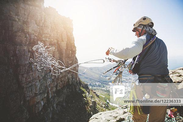 Männlicher Kletterer Wurfseil
