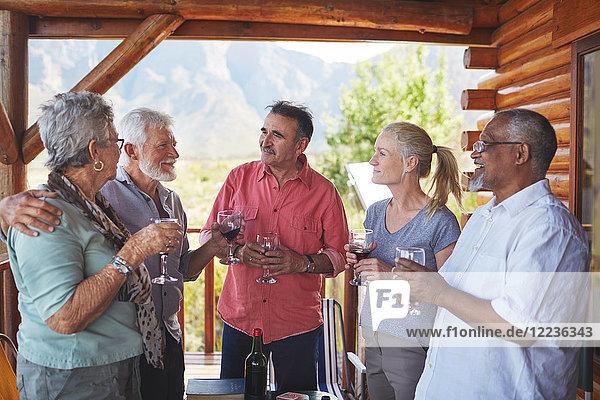 Aktive Seniorenfreunde beim Weintrinken auf dem Hüttenbalkon
