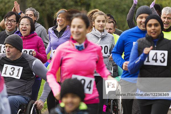 Die Menge der Läuferinnen und Läufer beim Benefizlauf