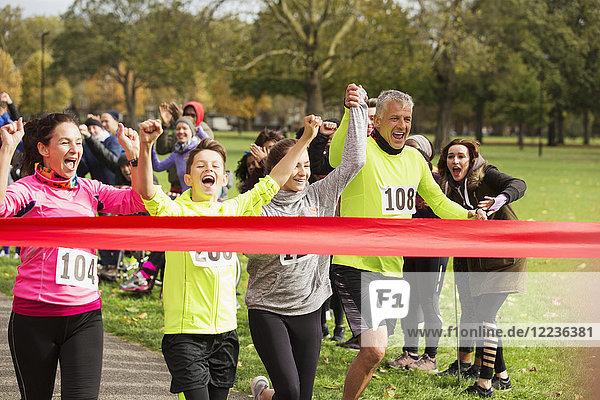 Enthusiastischer Familienlauf,  kurz vor dem Zieleinlauf der Wohltätigkeitsorganisation