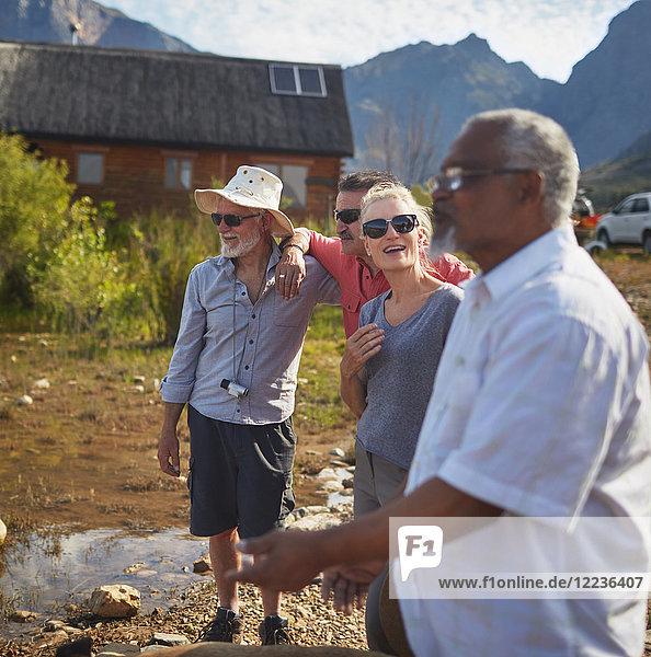 Aktive Seniorenfreunde im Gespräch vor der Sommerhütte