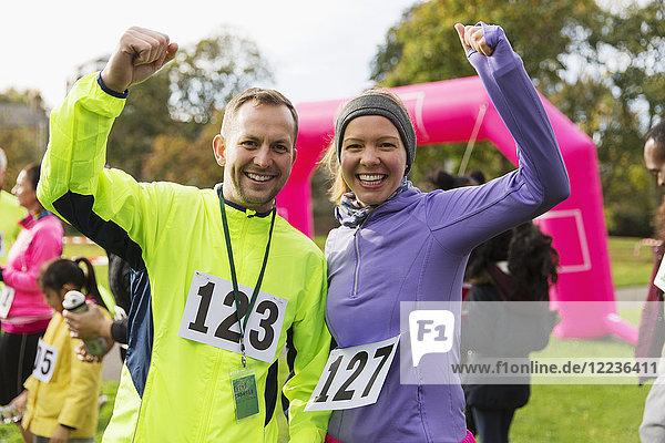 Begeistertes Läuferpaar beim Benefizlauf im Park