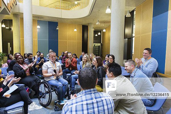 Publikumsklatschen für Sprecherin im Rollstuhl Publikumsklatschen für Sprecherin im Rollstuhl