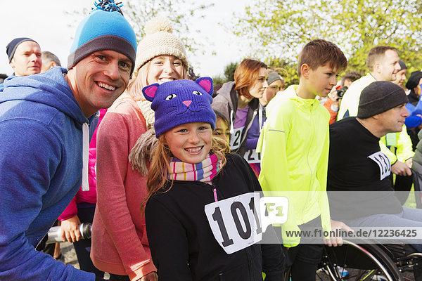 Porträt lächelnde Familienläufer beim Benefizlauf