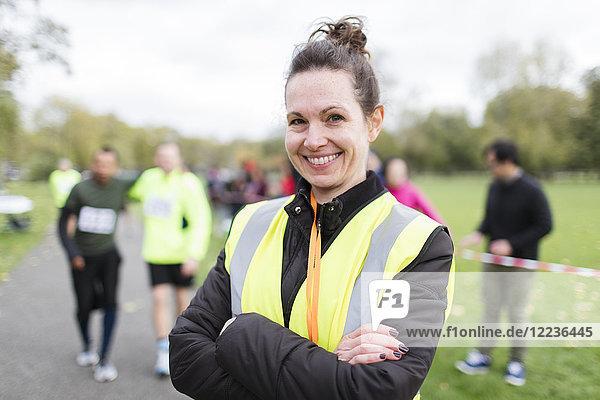 Portrait lächelnde Freiwillige beim Benefizlauf im Park