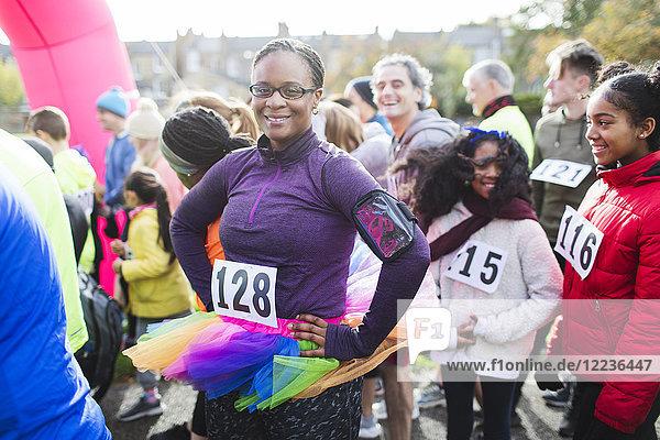 Porträtbewusste Läuferin mit Tutu am Start beim Charity-Lauf