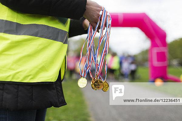 Ehrenamtliche Medaillenverleihung beim Benefizlauf