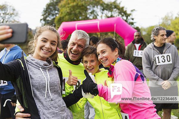 Enthusiastische Familienläufer  die sich beim Charity-Rennen selbstständig machen