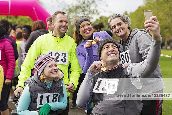 Freunde mit Medaillen beim Charity-Rennen im Park