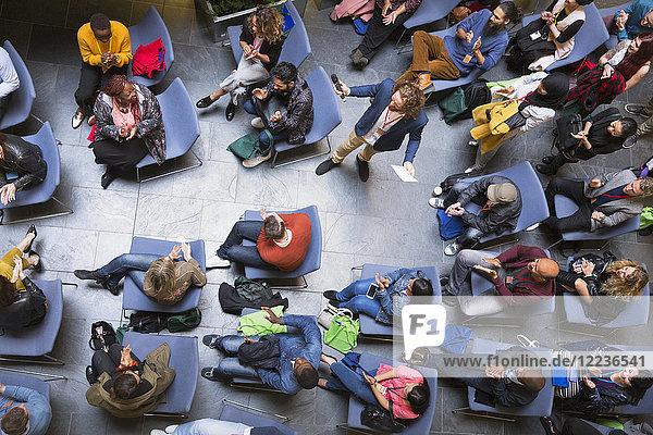 Overhead-Ansicht Sprecher und Publikum bei der Konferenz