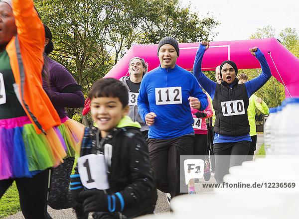 Begeisterte Läufer beim Benefizlauf im Park
