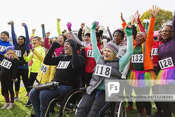 Begeisterte Zuschauer jubeln beim Charity-Rennen im Park
