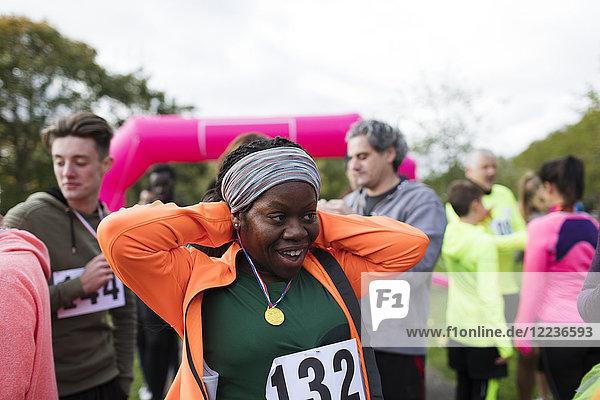 Läuferin mit Medaille beim Charity-Lauf im Ziel