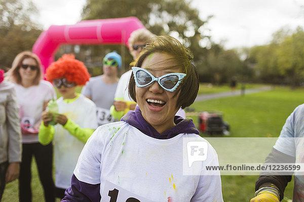 Portrait verspielte Läuferin mit alberner Sonnenbrille beim Charity-Lauf im Park