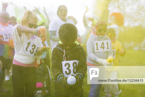 Läufer spielen mit holi powder beim Charity Run im Park