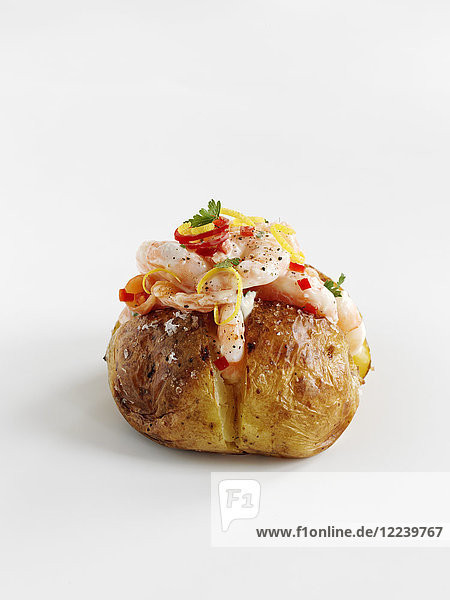 Baked Potatoe mit Garnelen  Lachs und Chilis