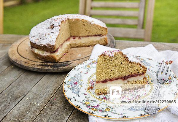 Victoria Sponge Cake mit Marmelade  Buttercreme  Puderzucker und bunten Zuckerperlen