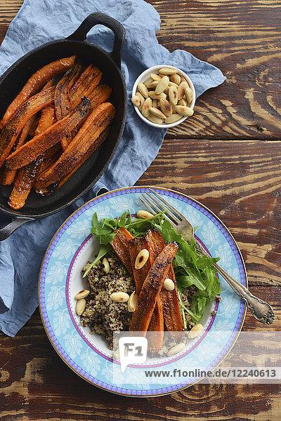 Gebackene ganze Karotten mit Quinoa und Mandeln