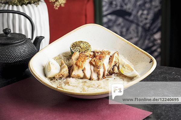 Pancit (Nudelgericht  Philippinen) mit gegrilltem Hähnchen und gekochtem Ei