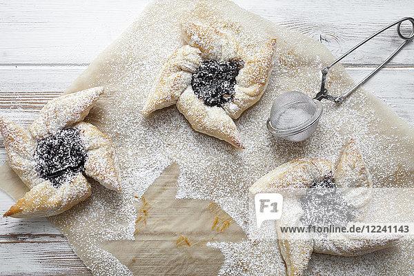 Traditionelle finnische Weihnachtssterne aus Blätterteig mit Pflaumenmarmelade